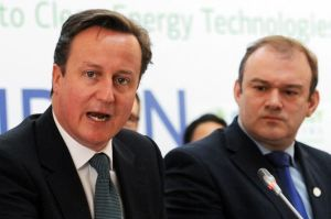 British Prime Minister David Cameron (L) speaks at the Clean Energy Ministerial conference (CEM3) alongside British Energy Secretary Ed Dave-865543